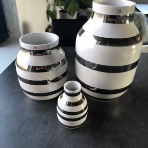 Den store vase har lidt ridser i glasuren. Kun noget man ser i det helt rigtige lys og har ingen betydning for dens funktion.  Samlet ny pris for det hele 1400 kr  Sælges for 500 kr