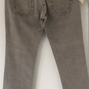 Flotte cropped true religion jeans (model Kate). Str W28. Oprindelig pris DKK 2495 - jeg fik dem på udsalg til DKK 1250. Aldrig brugt da jeg har et par andre.  Køber betaler porto og TS gebyr men jeg handler gerne via mobile pay.