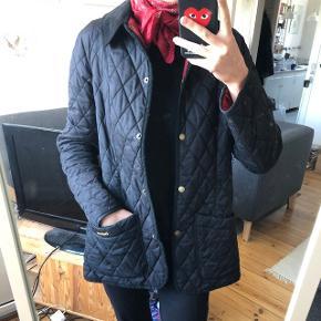 Fed jakke fra barbour i str m, sort med rødt foer, brugt men stadig i god stand Mp 250 pp