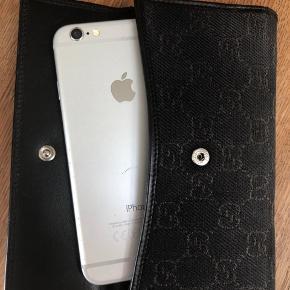 Super flot og velholdt. Kombineret stof og brunt læder. Plads til både kort, sedler, mønter og evt telefon. Mp 600kr.