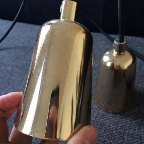 Vintage, retro, guld, messing. Med stofledning. Ledning måler 86 cm og selve lampen er 10 cm.  Loftslampe Farve: Guld
