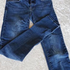 """Varetype: Bukser Størrelse: 27/32"""" Farve: Blå  Et par rigtige fine bukser som intet fejler, sælges kun da  de sidder lige stramt nok."""
