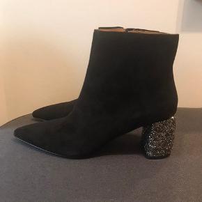 Ankel støvler med glimmer hæl, aldrig gået med som man kan se på sålen. Mega fine til og pep et hvert outfit op.   De er af rusind og hælen er omkring 8 cm.    Nypris 1150.