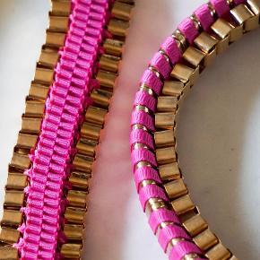 Sælger dette smykkesæt i guld og pink. Armbåndet er 15 cm. og halskæden er 40 cm. Sættet har kun været brugt få gange, og fremstår næsten som ny. Metallet har et par ridser/mærker, men intet man lægger mærke til.   Sælges for 20 kr. plus porto for sættet. (track and trace)  Bytter ikke.  Smykkesæt Farve: guld og pink Oprindelig købspris: 350 kr.