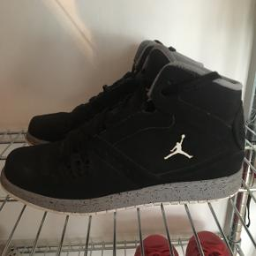 Sorte Jordans med går detaljer. Model Jordan Fligh. Har æske til