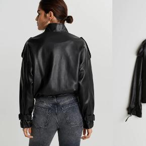 Læder jakke fra Gina tricot. Str small men oversized så nok mere medium. Købt i sidste måned oktober, købte to størrelser og fik ikke sendt tilbage.