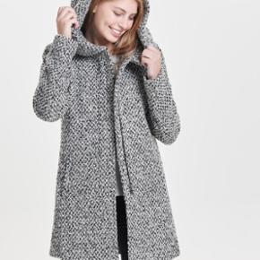 Sælger denne virkelige lækre vinterjakke/vinterfrakke, købt sidste år og sælges fordi at jeg har købt en ny! Jakken er lige så god som ny.  BYD gerne og spørg også gerne for flere billeder. Det er en størrelse xs, men en small kan også passe den OBS: det er kun jakkens model på billederne, farven jakken er i, er på det sidste billede!!!