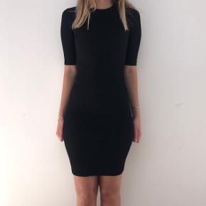Sort lang stram/tætsiddende kjole fra Hm. Gammel model, men ikke brugt mange gange.  Tjek mine andre annoncer ud!