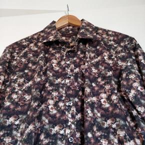 Flot smart skjorte fra Sand Copenhagen med blomster motiv. Skjorten er en str 41 og har været brugt 2 gange, så den fremstår rigtig flot og helt som ny. Nypris var 1200 kr  Skjorten kommer fra ikke ryger hjem.