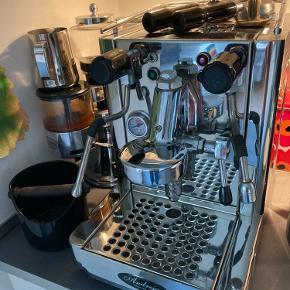 Espressomaskine af mærket Andreja Quick Mill. Virkelig god, robust og skøn espressomaskine til den kræsne kaffe-elsker og barista! Der medfølger udstyr til al espressobrygning, samt kværn til kaffebønner, indbygget mælkeskummer og kogende vand. Sender ikke!!! Kan kun afhentes i Lyngby, nord for kbh.