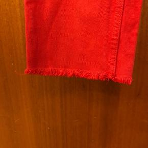Røde mom/ boyfriend kinda jeans str 28w. Ikke særlig meget brugte. Np var 400
