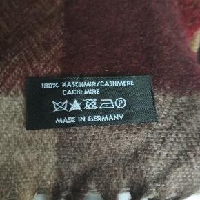 Really soft cashmere scarf, tartan pattern. Length 165 cm, width 23 cm.