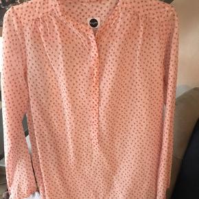 Den skønneste silkeskjorte fra italienske BAGUTTA i rosa med små jordbær! Skjorten er kun brugt ganske lidt og fremstår helt som ny. NB Italiens str 44. Brystmål 52 cm og længde 65 cm.