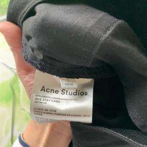 Næsten helt nye Acne Stay Cash jeans 31/32 sælges. Jeg har tre par. To af dem er brugt én gang de sidste par er brugt et par gange. Pr.par 700kr.