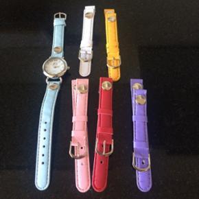 Armbåndsur til piger. Aldrig brugt. Med 5 ekstra remme. Der skal nyt batteri i.