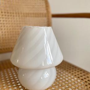 Super smuk vintage Murano Mushroom i hvid med swirl mønster 🌿  Højde 20cm   Med original ledning, stik og afbryder.   Sender gerne 📦 fri fragt
