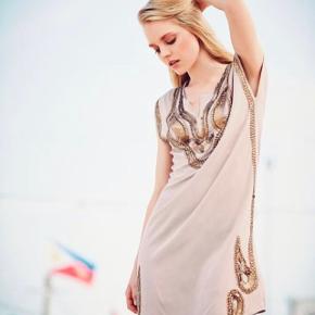 Smuk silke kjole med palietter og perler, brugt få gange.   Har enkelte brugspor, såsom en manglende paliet.  OBS: Skal vaskes i hånden eller håndvaskeprogram i vaskemaskinen.  Materiale: 95% silke og 5% elastan.
