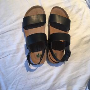 Flotte ubrugte sandaler, med prismærke, i størrelse 37. De har en fin støtte og blød sål 🤗   Brand: Mario S 100% Natural  Nypris: 399 kr.