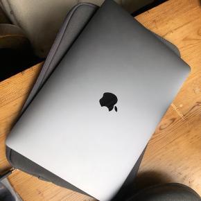 Macbook Pro fra 2018 i perfekt stand uden ridser. Kun brugt til studiearbejde og fremstår næsten som ny. Kan afhentes på Nørrebro. #Secondchancesummer
