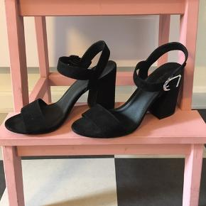 Smukke højhælede sandaler fra H&M, passer både en str. 39 og 40 :-)