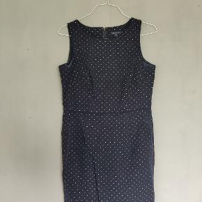 Flot Tommy Hilfiger kjole med små hvide prikker. En størrelse 10, hvilket svarer til en størrelse small, men denne kjole er tættere på at være en medium. De flotte syninger gør pasformen helt perfekt.