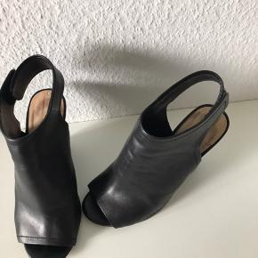 Smukkeste lukkede sandaler - ægte læder - kilehæl - høje men kan gås i uden at kunne mærke hælhøjde - meget behagelige at gå i.