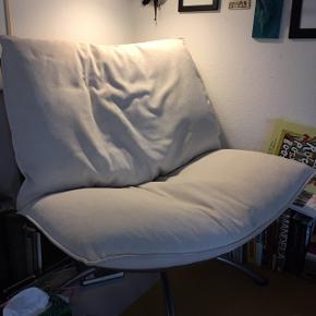 Der er enkelte brugsspor. Men en super skøn stol med skammel. Sælger pga pladsmangel.