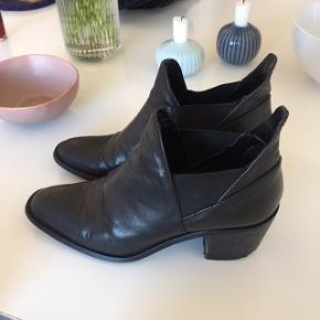 Skoenes læder er stadig lækkert, så slid ses mest på undersiden, især hælen