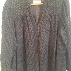 Varetype: Smart tunika i væver materiale Farve: Grå Oprindelig købspris: 599 kr.  Smart tunika fra Second female - vid model Vævet bomuld med print  Brystvidde 124 Længde 68