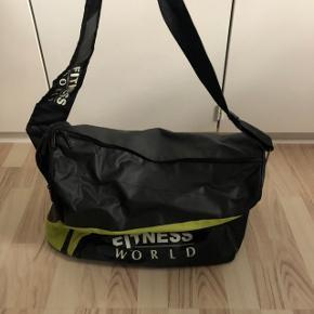 Sælges Fitness World skulder taske, har været brugt få gange, og den ligger bare i skabet og fylder, og den fejler intet. Kom med et bud.