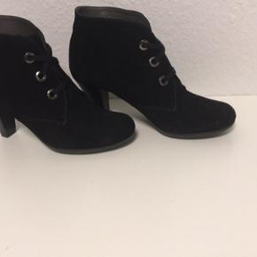 Helt nye sko - med hæl - yderst behagelige at gå i - købspris 1200 kr