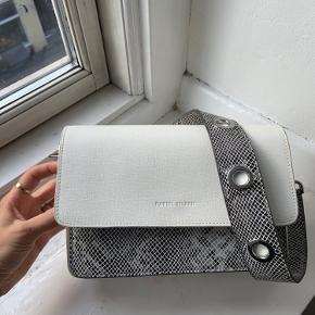 Sælger min Daniel Silfen taske jeg har har brugt. Har fået den i gave så har ingen kvittering eller noget på den  Ny pris var 1500.  Byd. Helt ny aldrig brugt