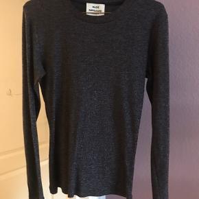Super fin bluse fra Mads Nørgaard i mørkegrå glitter. Det er en lille str XL, men med strech. ✨