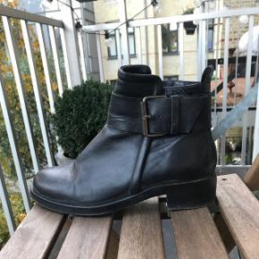 Læderstøvler i flot stand med intakt sål og lynlås. Tilsvarende i størrelsen og er næsten ikke brugt. BYD! 🙌🏼