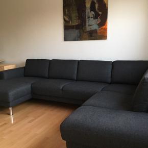 Cleveland sofa i farven antracit grå, købt i Ilva for 1-1,5 år siden.   - Kvittering haves - Standen er næsten som ny - Sofaen kan skilles ad i 3 dele  - Længde: 308 cm - bredde/dybde: 203 cm - Siddehøjde: 47 cm - Højde: 81 cm - 5 personer  - Hjørnesofa med chaiselong  - skal afhentes fra stueetagen tæt på Åmarken st. - røgfrit hjem - ingen pletter/mærker Kan sende flere billeder!