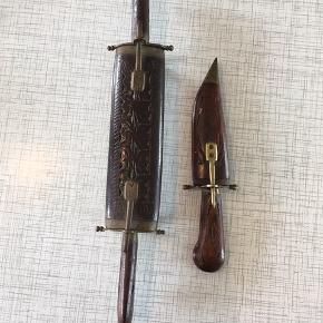 Indisk jagt forskærersæt   Indisk jagt forskærersæt bestående af kniv Og stegegaffel samt tilhørende æske af udskåret træ.  Derudover kniv.
