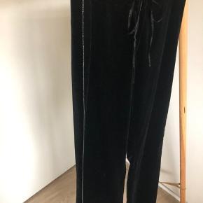Str 34/36. Smukkeste Velour bukser med fin detalje på siden. Ingen stræk. Så man skal ku passe str 34-36 ellers bliver de for små.   Fast pris