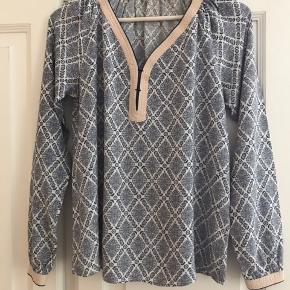 Fin skjorte fra Culture sælges.  Vildt dejlig at have på.  Stor i str. 100% viscose.