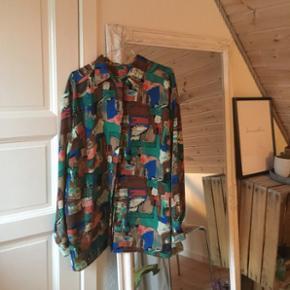 sælger disse to mega fine vintage skjorter fra 70'-80'erne 😍den multifarvede: str l-xl den hvide med mønster: str m-l 120 kr pr stk 😜 køber betaler fragt 🛍