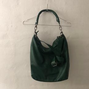 Materiale: skind  OBS: Tasken har denne flænge og en lille plet.