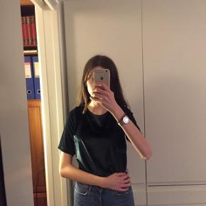 Mørkegrøn velour trøje fra Jacqueline De Yong. Den ser sort/meget mørkegrøn ud på billedet, men det er slet ikke så mørk i virkeligheden🥬  Np: 200kr (på udsalg) Mp: 50kr