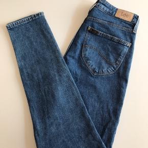 Lee mom jeans i str 26/31. Fremstår næsten som ny.  Kan afhentes i Ørestad eller sendes på købers regning.