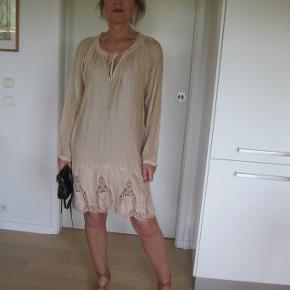 Mega lækker kjole, så fin. Skøn at ha på i viskose, silke og bomuld. Yderst velholdt bud fra 400pp + gebyr handler gerne mobilpay sender med DAO