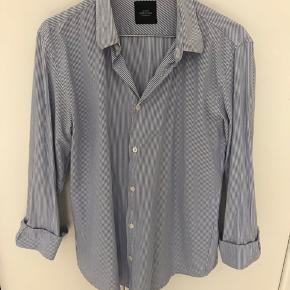 Super fin blå og hvid stribet skjorte fra Mads Nørgaard