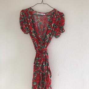Fin blomstret kjole med bindebånd/wrap dress