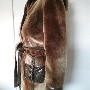 """NY PRIS... Meget flot og unik """"pels"""" vinter jakke med stor hætte.. (Materiale ukendt)  Mange flotte detaljer, så som krokodilleskind ved lommer, ærmer mm.  Jakken er købt for lille, derfor brugt få gange.  CkN of Scandinavia  Vinter jakke Farve: Brun Oprindelig købspris: 1500 kr."""