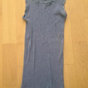 Varetype: Silketop Størrelse: 14år Farve: Blå