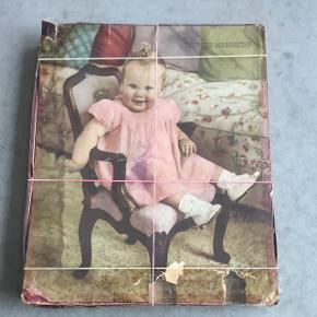 Puzzlespil med dronning Margrethe som barn. Æsken er meget slidt. Købt på loppemarked.