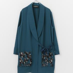 Så smuk Kimono/ kjole eller jakke. Jeg har brugt den ud over en kjole istedet for en blazer eller cardigan. Brugt meget få gange