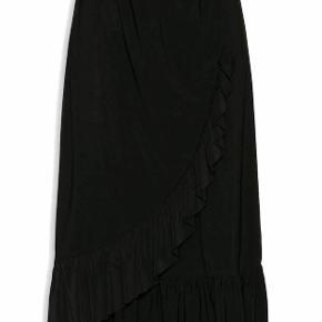 Sød 3/4 nederdel fra Mulieres. Udsolgt overalt.  Farve: sort  Størrelse: XS Byd endeligt!